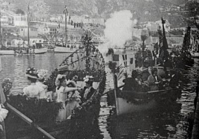 Combat Naval Fleuri bateau près du quai