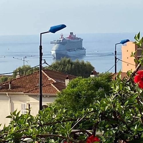 Un bateau de croisière