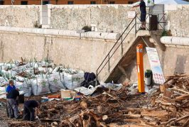 Evacuation des débris stockés sur la plage de la Darse de Villefranche-sur-Mer